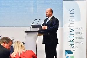 Im Rahmen der Auftaktveranstaltung in Berlin Ende November würdigte Staatssekretär Rainer Bomba, als Mitglied des Beirats des im Sommer 2013 neu gegründeten Vereins, in seinem Grußwort das angestrebte Ziel des AktivhausPlus-Standards.