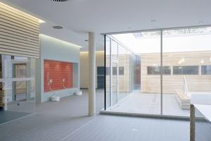 Im Neubau: Mehrere Saunen umschließen einen Innenhof mit Tauchbecken