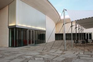 """<div class=""""5.6 Bildunterschrift"""">Für die natürliche Belichtung der Ausstellungsbereiche wurden die einzelnen Dachsegmente so gegen-einander versetzt, dass große Ober-lichter entstehen. Diese wurden mit sandgestrahlten U-Profilgläsern realisiert und einer transluzenten Wärmedämmung von Okalux ver-sehen</div>"""