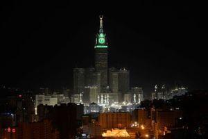 Zwei Millionen LEDs beleuchten die Turmuhr. Die Uhrzeit kann man noch aus einer Entfernung von acht Kilometern ablesen