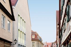 Um sich gestalterisch in die Gebäudefolge Rathaus, Diakonie und Kirche einpassen zu können, wurde für die Fassade des Langhauses zweischaliges, geschlämmtes Mauerwerk gewählt<br />