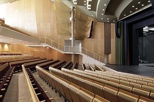 Der Theaterraum mit frischen Oberflächen und überarbeiteter Lüftung über Luftauslässe in den Rückenlehnen