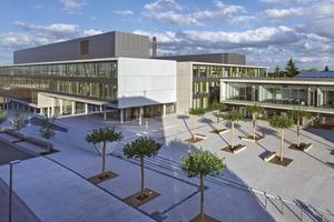 """Die """"Piazza Süd"""" beschließt die fußläufige Campusmagistrale. Daran schließt sich ein zweigeschossiger Kubus mit insgesamt fünf Hörsälen an"""