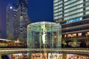 Der Glaszylinder dient vor allem als Werbeträger und optisches Highlight, weswegen er auch die enorme Höhe benötigte, um sich in dem großmaßstäblichen Umfeld zu behaupten