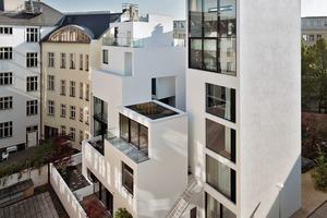 """Auf einem 517m² großen, sehr schwierigen Grundstück entstand ein Ensemble mit einem siebengeschossigen, abgewinkelten """" Vorderhaus """" mit fünf Wohnungen und zwei Hofhäusern, eines fünf, das andere zweigeschossig. Die Bruttogeschossfläche beträgt 1700m²"""