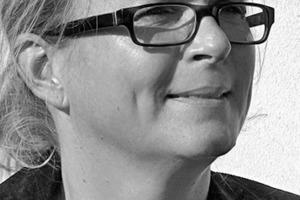 """<div class=""""autor_linie""""></div><div class=""""dachzeile"""">Autorin</div><div class=""""autor_linie""""></div><div class=""""fliesstext_vita""""><span class=""""ueberschrift_hervorgehoben"""">Susanne Kreykenbohm</span> (*1965) studierte 1986 bis 1993 Architektur an der TU Braunschweig. Sie arbeitete u. a. als Architektin bei gmp und Schweger + Partner. Von 1997 bis 2002 war sie wissenschaftliche Mitarbeiterin an der TU Braunschweig am Institut für Baukonstruktionen + Industriebau. Anschließend absolvierte sie eine Ausbildung zur Redakteurin (Volontariat) und arbeitete in verschiedenen Redaktionen u. a. bei HÄUSER und der DBZ. Seit 2006 macht sie die Presse- und Öffentlichkeitsarbeit für den Bund Deutscher Architekten (BDA) Niedersachsen und arbeitet nebenbei als freie Architekturjournalistin.</div>"""