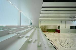 Der Wärmebedarf wird ausschließlich über großflächige Fußbodenheizsysteme übertragen. In der Sporthalle steht neben der statischen Heizung eine Schnellaufheizung über die Lüftungsanlage zur Verfügung<br />