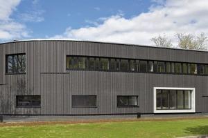 Die Gebäudekommunikationsanlage stammt aus der Designlinie Siedle Steel von Siedle. Die Farbe der Pulverbeschichtung entspricht der Farbe der Türrahmen. So ergibt sich ein stimmiger Eingangsbereich