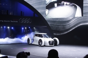 Weltpremiere: Ein Auto, dass trotz der Abgaswolke ein Elektroauto ist.