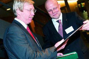 Der Parlamentarische Staatssekretär, Achim Großmann, erhält den Goldenen Zirkel aus den Händen von VFA-Präsident Matthias Irmscher (der in seinem Amt bei Neuwahlen bestätigt wurde)