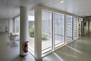"""Auf den Pflegestationen gibt es """"Servicepoints"""", Mini-Bars für die Patienten. Wichtig war den Architekten, dass alle Flurachsen an einem Fenster enden"""