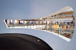 Blick aus einer Ausstellungsebene in das Herzstück des Zentrums.