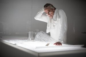 Wider die Klischees: Der Architekt Anthony Royal (Jeremy Irons) in weiß gekleidet