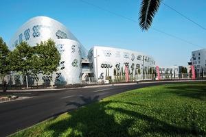 22 % der Fassade bestehen aus gebogenen, 61 % aus zweifach gekrümmten Formen. Fuksas Architekten entschieden sich angesichts dieser Herausforderung an Planung und Ausführung für die Aluminium-Verbundplatte Alucobond mit der Oberfläche Anodized Look C0/EV1<br />