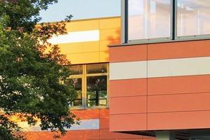 Die Fassade wurde mit HPL-Platten farbig bekleidet