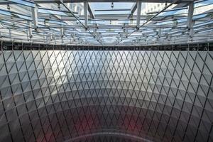 Über dem oberen Ring sind Strahler montiert, die nach Einbruch der Dunkelheit oder an trüben Tagen für Licht sorgen