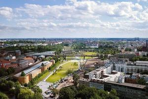 Das Gebäude (zu sehen in der Mitte am rechten Bildrand in der Verlängerung der denkmalsgeschützten Hochbahntrassse) liegt direkt am rd. 26ha großen, 2013 fertiggestellten Park am Gleisdreieck