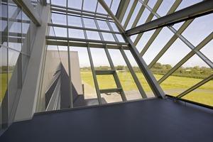 60 Grad Glasfassenneigung gibt dem Besucher das Gefühl, zu schweben vor der Landschaft<br />