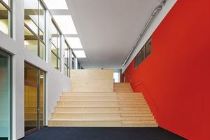 Das Forum ist der Mittelpunkt des Hauses. Es ist Treffpunkt für die verschiedenen Aktivitäten des Büros – Wissensvermittlung in einem zweigeschossigen Raumgefüge