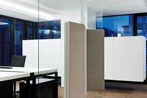 Blickoffene Einzelbüros bleiben immer Teil des Gesamtraumes. Kreuzmöbel separieren die offenen Bereiche in einzelne Einheiten<br />