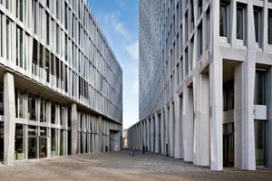 Die Gebäude Monnet 4 (links) und Tour Total sind so angeordnet, dass sie einen kleinen Platz bilden, von dem aus beide Bauten erschlossen werden