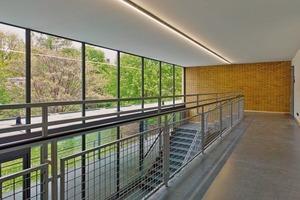 Eingang zum Hörsaalgebäude: Frei strahlende, schmale Neonröhren wurden zu eleganten Lichtbändern zusammengefügt. Leichtigkeit bis ins Detail