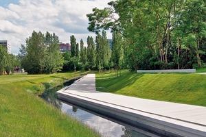 Uferweg und Balkon – Blick von der Wiesenfläche zum Uferweg