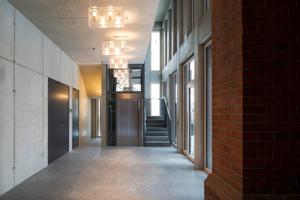 Das (nach links) erweiterbare Foyer mit Fahrstuhl