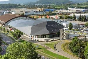 Das Industriegebiet von Spreitenbach ist geprägt von einer Reihe großmaßstäblicher Baukörper, in die sich das kompakte Ausstellungsgebäude gut einfügt