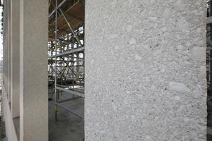 Die Betonoberfläche - hier die Stelen - zeigt einen hohen Anteil von Zuschlägen, die die Kunststeinoberfläche lebendiger werden lassen