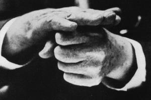 Foto: Frank Lloyd Wright demonstriert mit seinen Händen die alte Pfosten- und Balkenkonstruktion