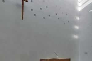 Der drei Tonnen schwere Altar besteht aus lose gestapelten Eichenholzbalken, die sinnbildlich das Zusammenwirken Einzelner in einer Gemeinschaftdarstellen