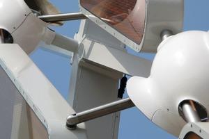 Mit Hilfe von LED-Strahlern an allen Knoten der Hülle können bewegte Lichtstimmungen und Bilder über die gesamte Fläche erzeugt werden<br />