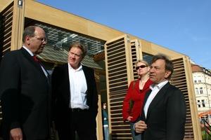 """Vor dem """"Plus-Energie-Haus"""" auf den Marienhof; München (v.l.n.r.): Dr. Ulrich Stiebel, Burkhard Fröhlich, Svenja Boelke, Prof. Manfred Hegger"""