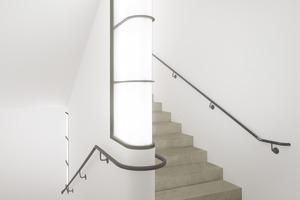 Leuchte als architektonisches Element im Treppenhaus