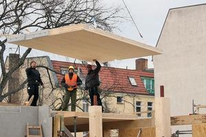 Die Decken über dem 1.OG sind 18cm starke Massivholzdecken, welche auf Unter-zügen in Gebäudelängsachse in der Fassa-den- und Erschließungsebene aufliegen. Die Unterzüge werden von Holzstützen getragen. Alle Austritte und Balkone sind auskragende Massivholzdecken<br />