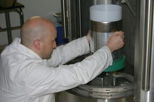 Mithilfe elektromagnetischer Fragmentierung wird das Gemisch aus Zement, Wasser und Gesteinskörnung in seine Bestandteile zerlegt.