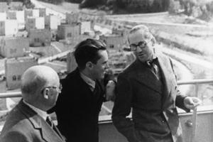 Die Jurymitglieder des internationalen Wohnungsbauwettbewerbs, Edo Schön, Vladimír  Karfík und Le Corbusier (von links nach rechts) auf der Terrasse des Hauses der Gemeinschaften,  Zlín, April 1935