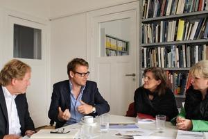 """Angeregte Diskussion zum (Heft)Thema """"Farbe"""" in Berlin (v. l.): Burkhard Fröhlich, Riklef Rambow, Beate Bellmann und Sonja Schulenburg<br />"""