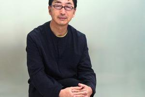 """<div class=""""fliesstext_vita""""><strong>Toyo Ito</strong></div><div class=""""fliesstext_vita""""></div><div class=""""fliesstext_vita"""">Ito wurde 1941 in Korea geboren, studierte bis 1965 Architektur an der Universität Tokyo. Er arbeitete als Architekt von 1965 bis 1969 für das Architektenbüro Kiyonori Kikutake Architect and Associate. 1971 gründete er sein eigenes Büro unter dem Namen Urban Robot in Tokyo.</div><div class=""""fliesstext_vita"""">1979 wurde der Name in Toyo Ito &amp; Associates, Architects geändert.</div><div class=""""fliesstext_vita"""">Zu Beginn seiner Karriere entwarf Ito zahlreiche Privathäuser. Er machte sich bald einen Namen als konzeptioneller Architekt, der physische und virtuelle Welt ineinander verschmelzen lässt.Toyo Ito fördert in Japan junge, talentierte Architekten, beispielsweise Kazuyo Sejima.</div>"""