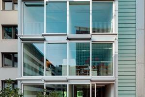 Raumhohe Verglasungen verbinden den Innen- mit dem Außenraum. Die Terrasse erweitert den Eingang in den rückseitigen Garten