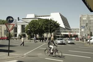Blick über den Offenbachplatz, 2011, hier noch die Fußgängerbrücke zum Parkhaus an der Glockengasse