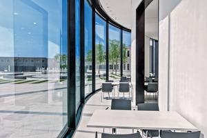 Die Stahl-Glasfassade im Erdgeschoss ist eine vorgespannte Sonderkonstruktion. Um die Räume nicht zu überhitzen, planten die Architekten einen Ganz mit 2–3m Breite als Klimapuffer