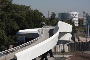 S-förmig der Schwung der Stahlkonstruktion über die Hafeneinfahrt, dann die Abwärts-/Aufwärtsspirale