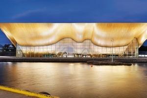 Eine kühn geschwungene Holzfassade ist Erkennungsmerkmal des Kilden Theater- und Konzerthaus am Hafen von Kristiansand. Designtoproduction entwickelte ein parametrisches CAD-Modell, in dem über 14000 individuelle Bauteile definiert wurden. Die computergesteuerte Produktion konnte beginnen<br />