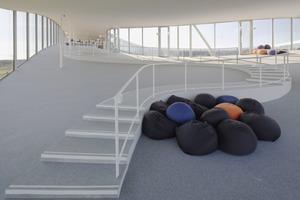 Überall im Haus stehen größere und kleinere, intimere Begegnungszonen oder Lernbereiche zu Verfügung<br />
