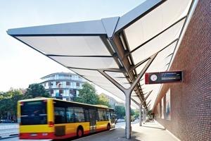 Die Stahlkonstruktion in der seitlichen Ansicht zeigt eine T-Form. Die beiden Flügel weisen unterschiedliche Neigungen und Längen auf. Die steilere hat eine Neigung von ca. 30°, die flachere 5°. So entsteht eine Ausmittigkeit der Stützenstiele zum Bahnhofsgebäude hin