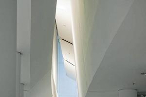 """<div class=""""16.6 Bildunterschrift"""">Kathedralenartige Schluchten in der Bibliothek: Die Raumerlebnisse im Inneren wechseln ständig von intim zu weit, von dunkel zu hell, von laut zu leise</div>"""
