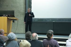 Jörg Tholen erklärte die Flexibilität der Grundrisse aufgrund von ökologischen, schiebbaren Trennwänden