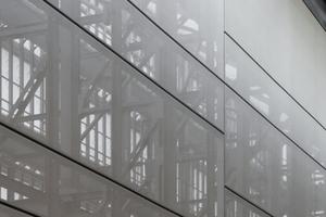 Die Innenseite des Fassadenraums wird mit einem technischem Textil geschlossen. Integrierte Stahlfedern hallten die Flächen dauerhaft in Form